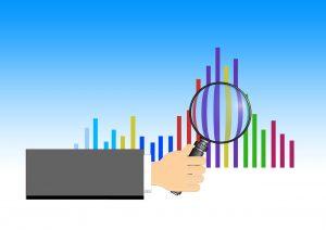 Graphique examiné à la loupe symbolisant l'analyse d'un marché