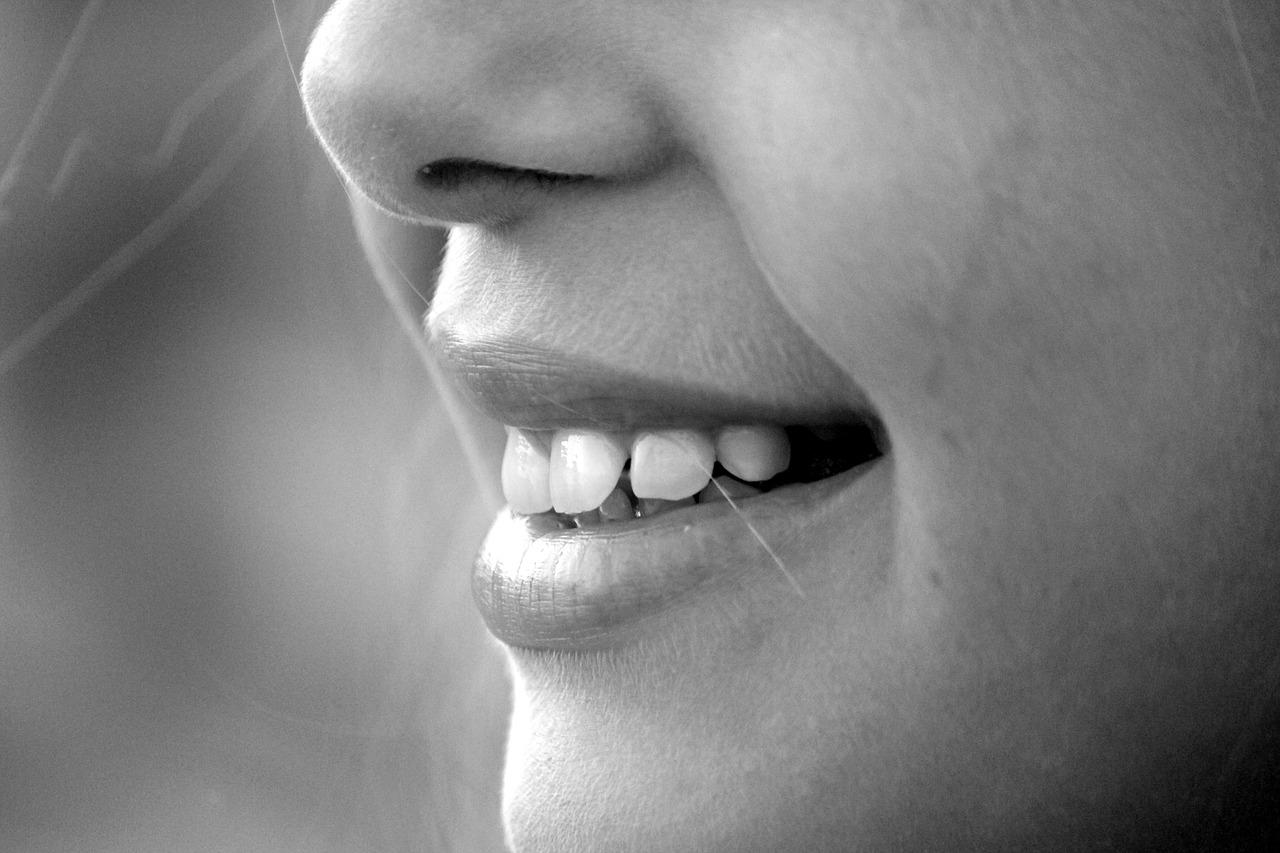Sourire d'une femme découvrant une dentition saine
